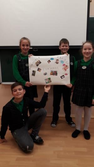 4a klasės mokiniai grupėse iš panaudotų žurnalų, laikraščių, tapetų sukūrė ir pristatė projektą ,,Vaikystė''.